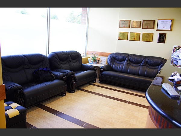 Our comfortable waiting area offers luxurious leather sofas, a myriad of magazines, a television and a water dispenser to make your visit with us as pleasant as possible.